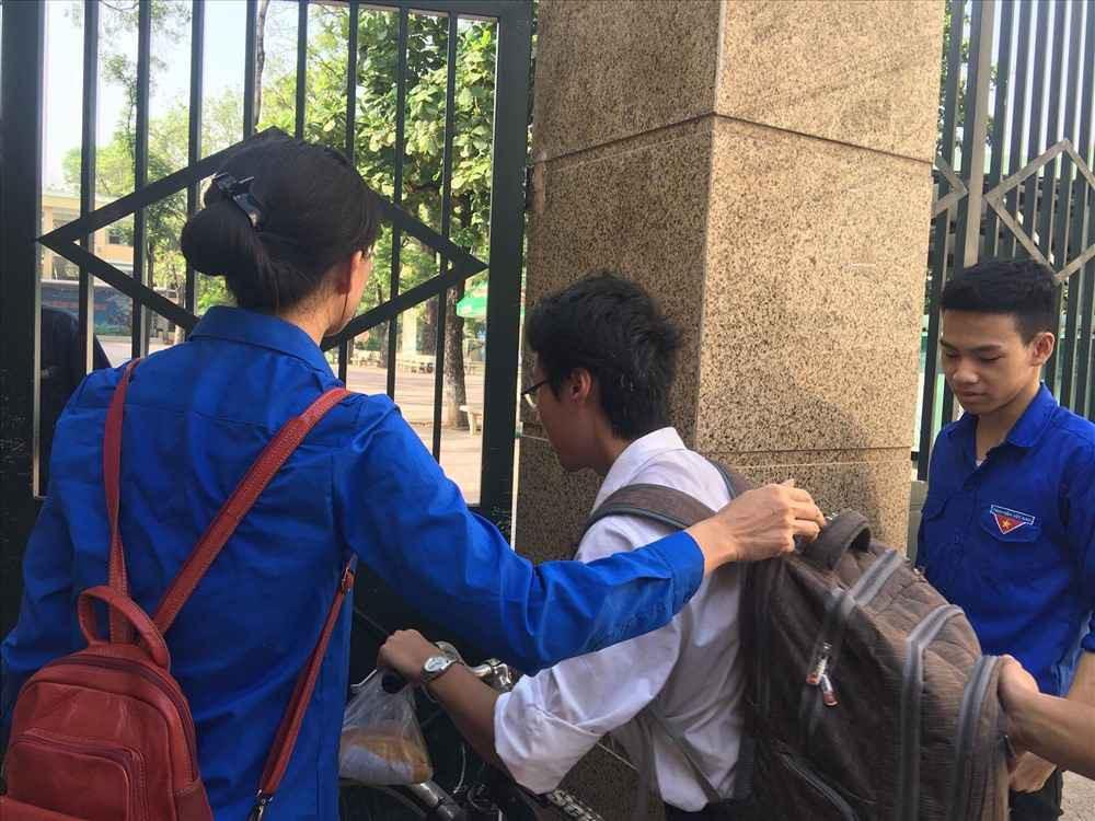 Dân mạng nhiệt tình chia sẻ hình ảnh nam sinh tự đạp xe đến trường thi với chiếc bánh mỳ mua vội treo trên ghi-đông chưa kịp ăn - Ảnh 3.