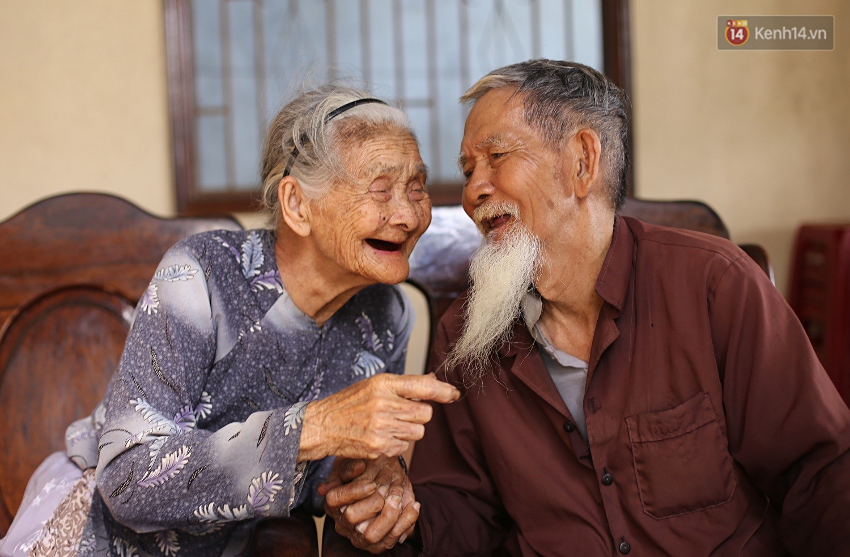Nhiếp ảnh gia người Pháp chụp bộ ảnh đôi vợ chồng 94 tuổi và phía sau đó là một cổ tích tình già siêu dễ thương ở làng rau Trà Quế - Ảnh 2.