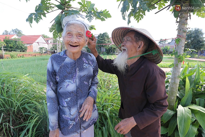 Nhiếp ảnh gia người Pháp chụp bộ ảnh đôi vợ chồng 94 tuổi và phía sau đó là một cổ tích tình già siêu dễ thương ở làng rau Trà Quế - Ảnh 5.