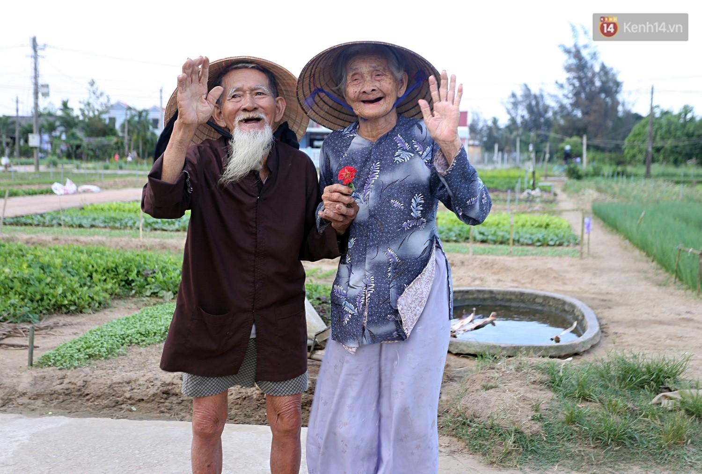 Nhiếp ảnh gia người Pháp chụp bộ ảnh đôi vợ chồng 94 tuổi và phía sau đó là một cổ tích tình già siêu dễ thương ở làng rau Trà Quế - Ảnh 13.