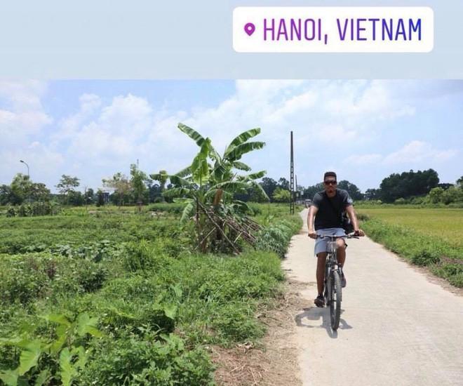 Sau clip đá cầu, Smalling uống nước mía, chạy xe đạp hàng chục cây số quanh Hà Nội - Ảnh 1.