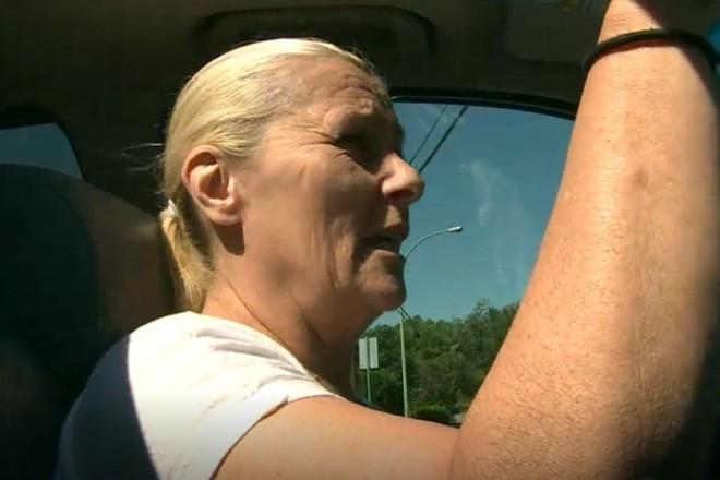 Bà cô Canada cáo buộc phân từ máy bay rơi trúng mặt khiến mình bị đau mắt đỏ - Ảnh 2.