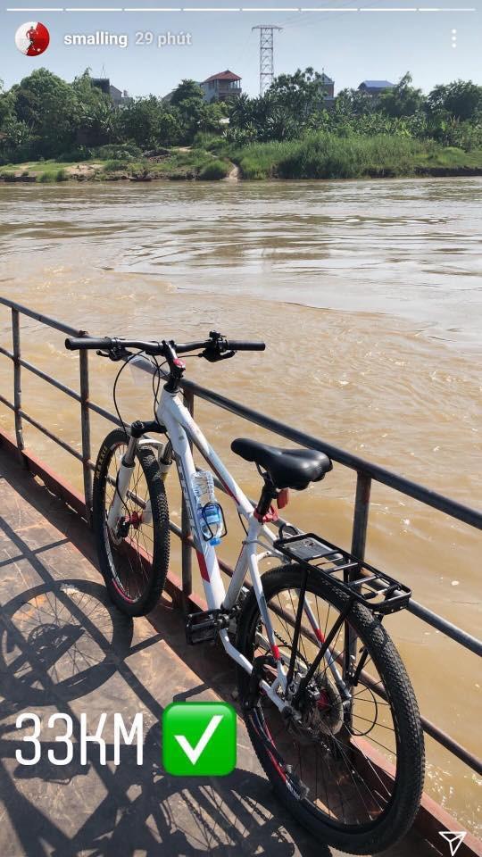 Sau clip đá cầu, Smalling uống nước mía, chạy xe đạp hàng chục cây số quanh Hà Nội - Ảnh 5.