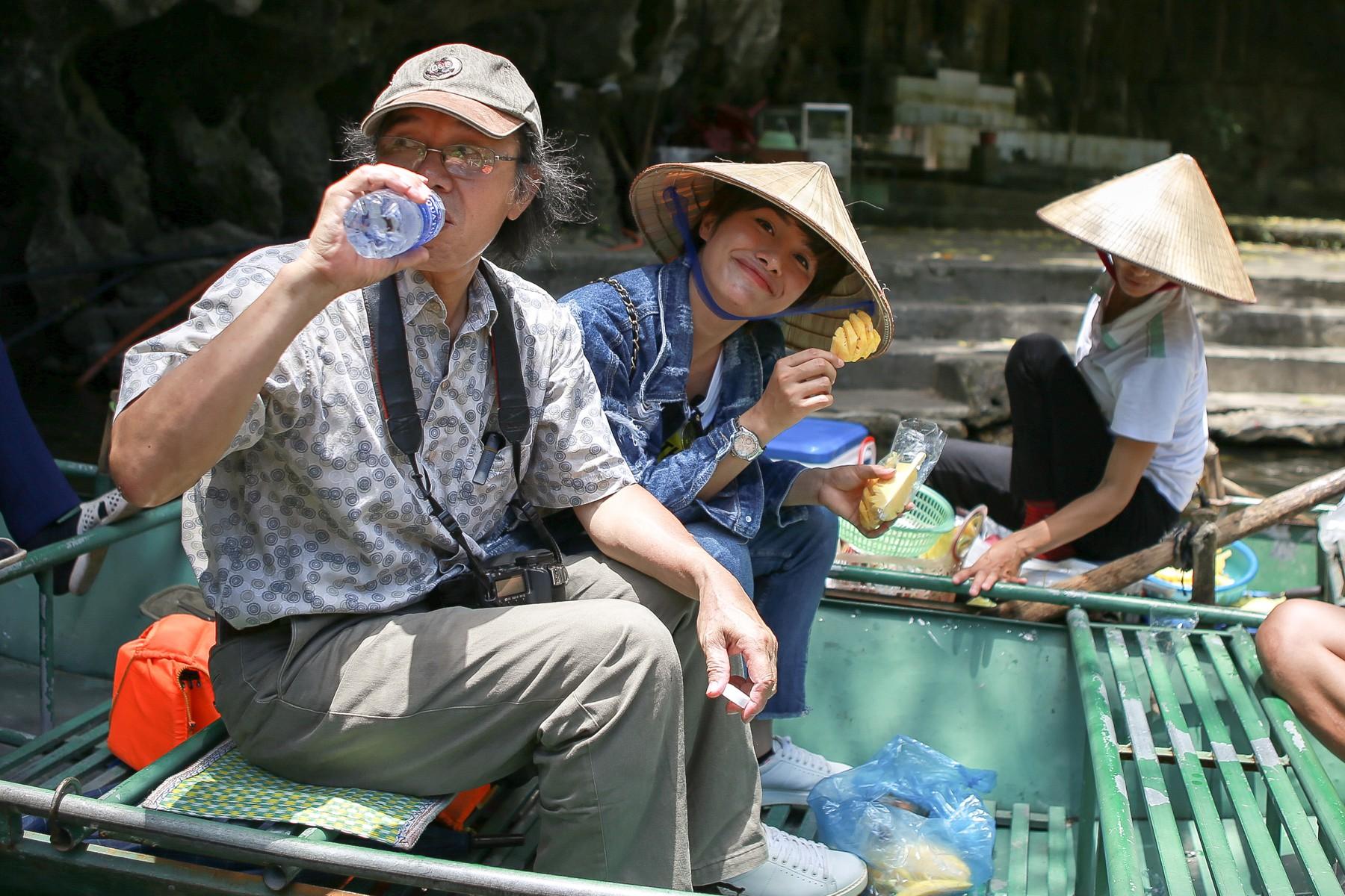 Hội ế Diệu Nhi - Sĩ Thanh - Yaya Trương Nhi bất ngờ gặp HLV Park Hang Seo tại Ninh Bình - Ảnh 6.