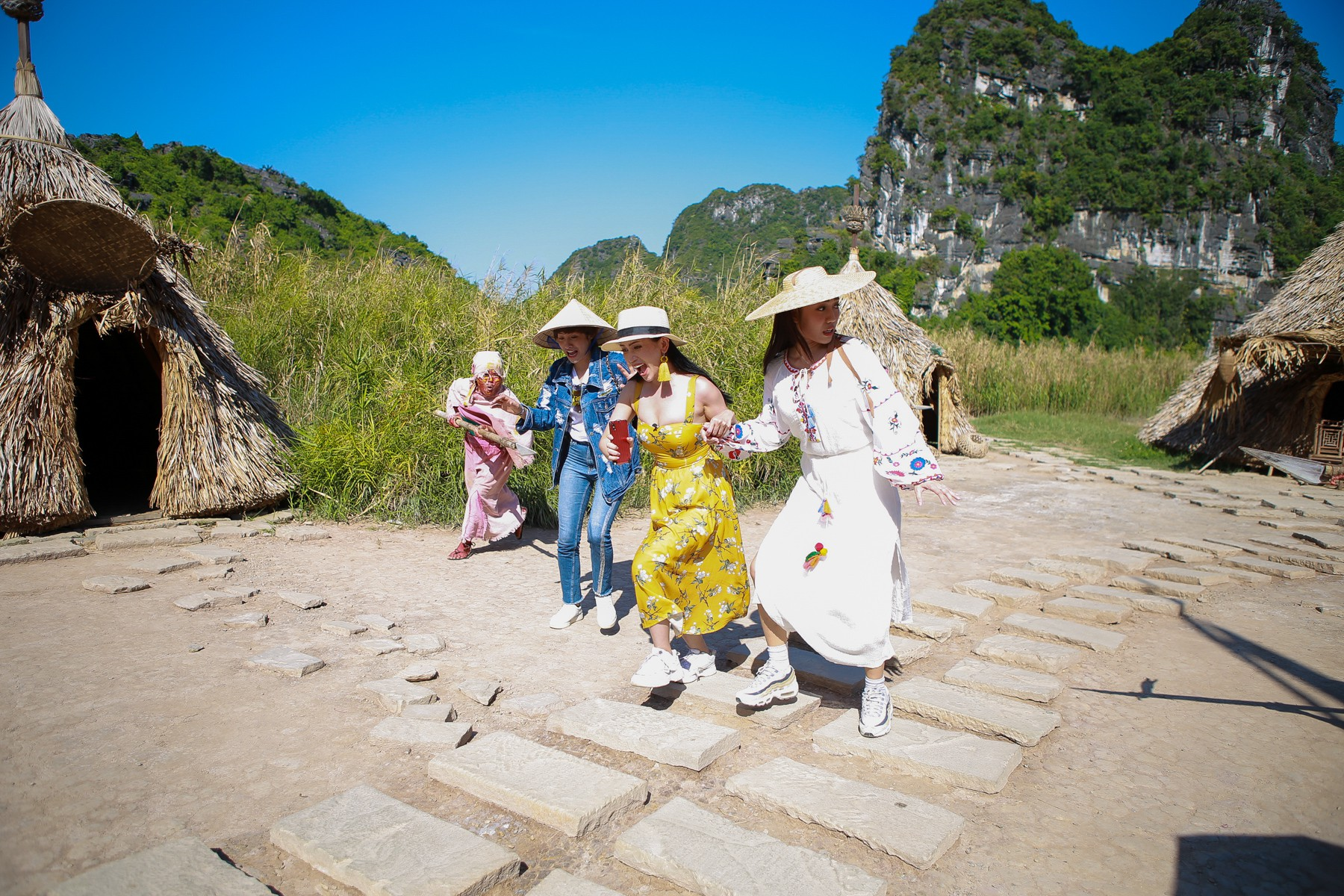 Hội ế Diệu Nhi - Sĩ Thanh - Yaya Trương Nhi bất ngờ gặp HLV Park Hang Seo tại Ninh Bình - Ảnh 2.