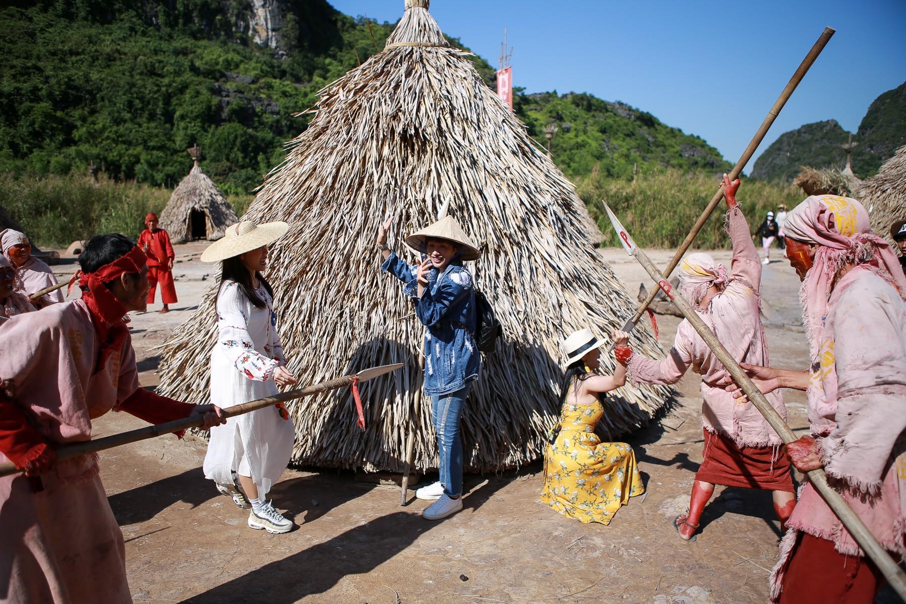 Hội ế Diệu Nhi - Sĩ Thanh - Yaya Trương Nhi bất ngờ gặp HLV Park Hang Seo tại Ninh Bình - Ảnh 3.