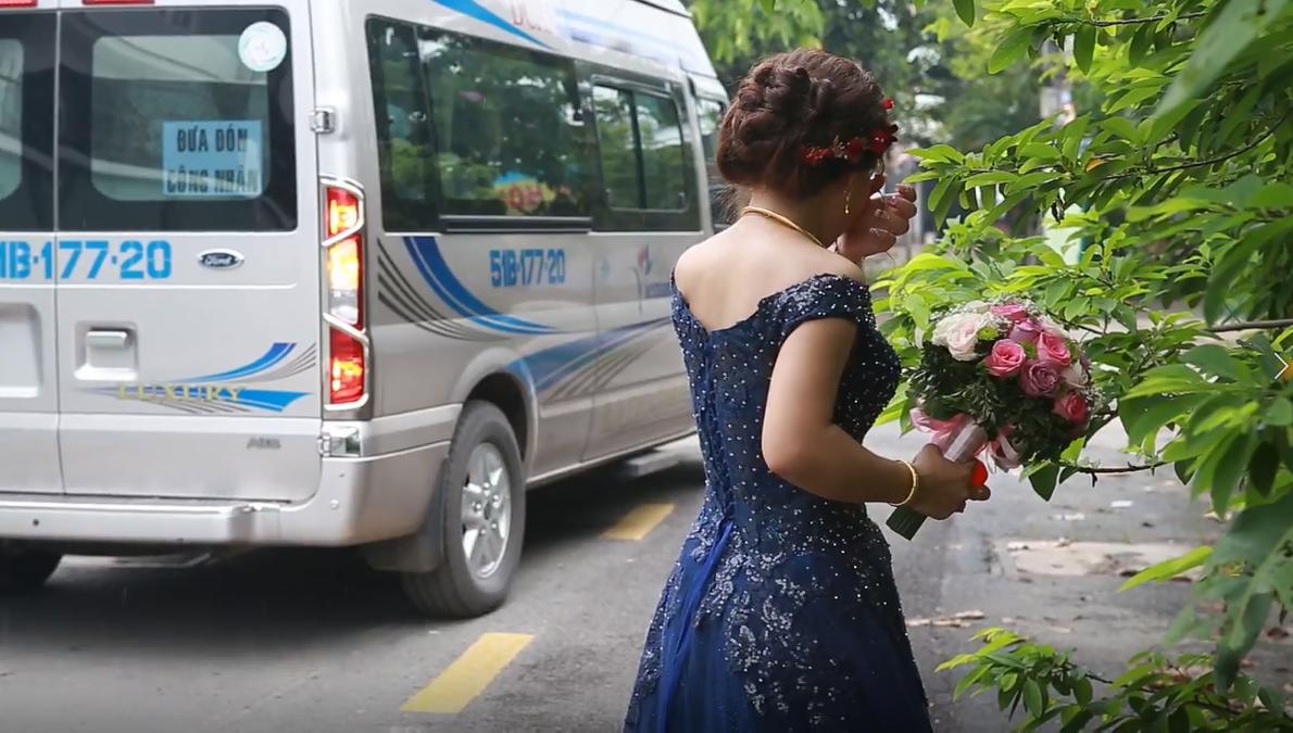 Cô dâu gạt nước mắt nhìn theo chiếc xe chở nhà gái trở về nhà.