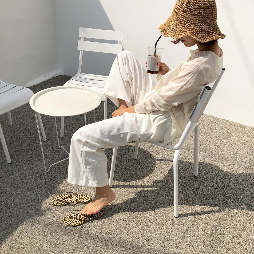 Ngày nóng diện đồ white-on-white là chuẩn nhất, và đây là 14 công thức mát mẻ tuyệt xinh dành cho bạn - Ảnh 13.