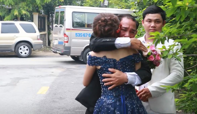 Cha ôm chặt con gái trong ngày tiễn con về nhà chồng