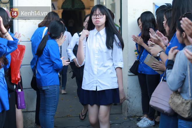 Không làm được bài nhưng mọi người vỗ tay chúc mừng khi ra khỏi cổng trường và đây là cảm xúc của thí sinh - Ảnh 2.