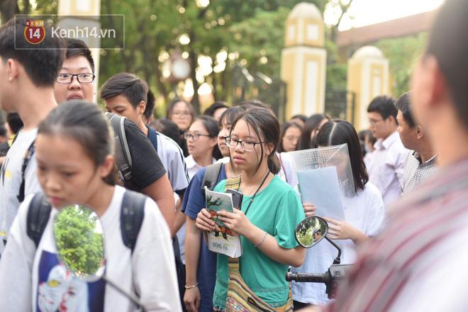 Không làm được bài nhưng mọi người vỗ tay chúc mừng khi ra khỏi cổng trường và đây là cảm xúc của thí sinh - Ảnh 16.
