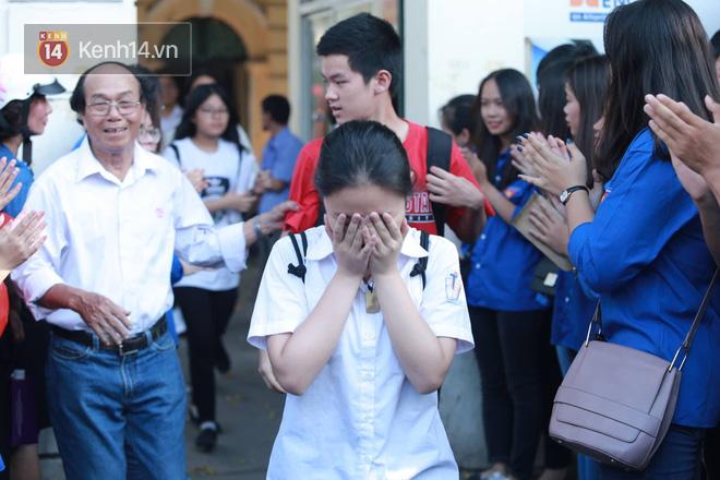 Không làm được bài nhưng mọi người vỗ tay chúc mừng khi ra khỏi cổng trường và đây là cảm xúc của thí sinh - Ảnh 3.
