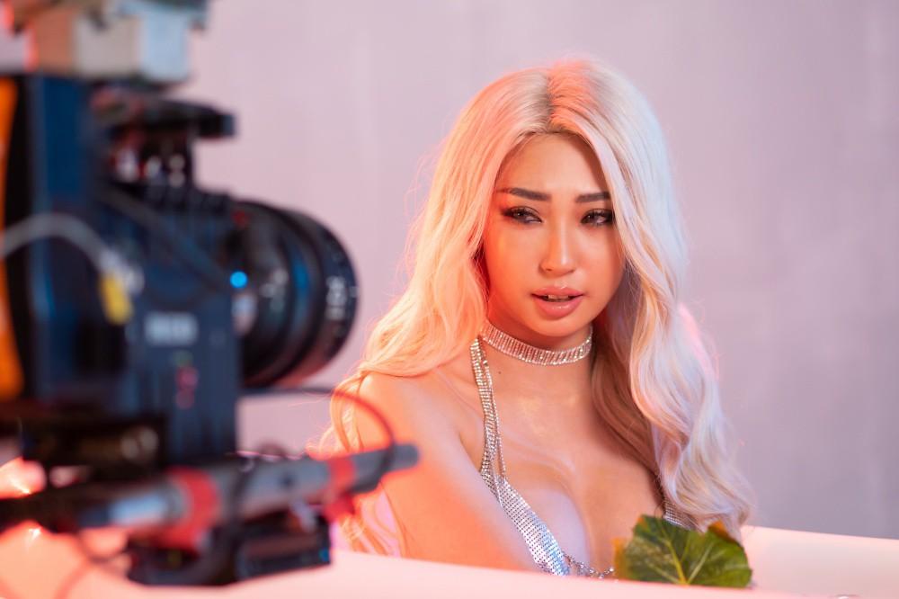 Khổng Tú Quỳnh chơi lớn dùng robot tự động lần đầu tiên có ở Vpop để quay MV mới - Ảnh 2.