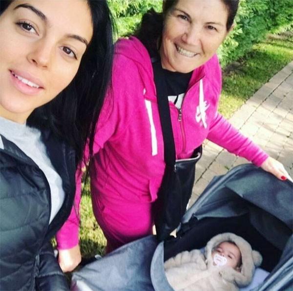Mẹ Ronaldo gọi Georgina là con dâu tương lai - Ảnh 1.