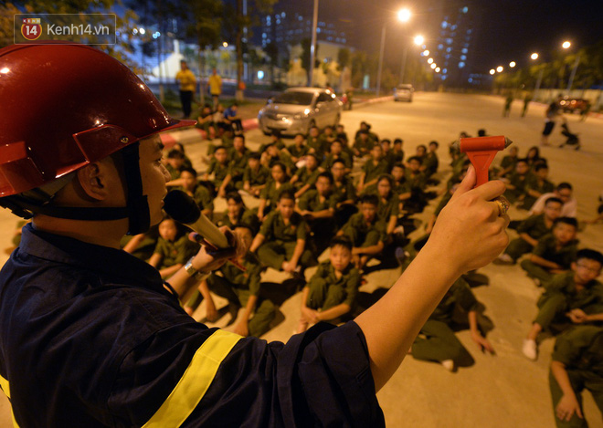 Cận cảnh một buổi học phòng chống cháy nổ của các chiến sĩ công an nhí - Ảnh 9.