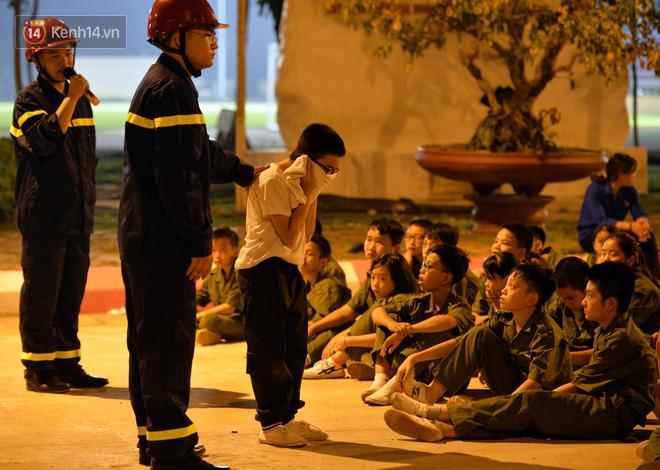 Cận cảnh một buổi học phòng chống cháy nổ của các chiến sĩ công an nhí - Ảnh 2.