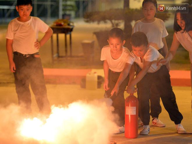 Cận cảnh một buổi học phòng chống cháy nổ của các chiến sĩ công an nhí - Ảnh 5.