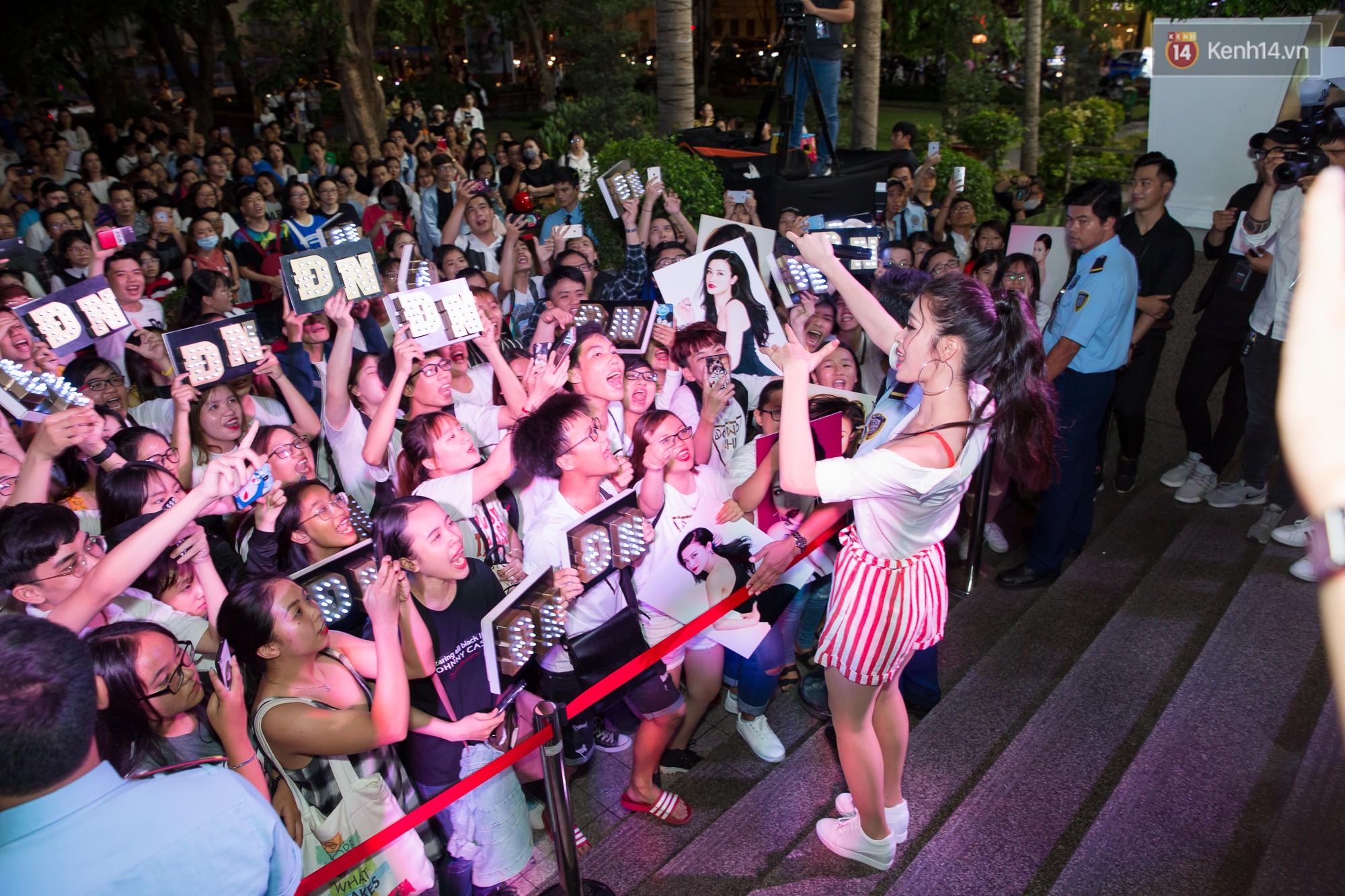 Đông Nhi diện bralette gợi cảm, khiến khán giả trên đường phố phấn khích với loạt tiết mục sôi động - Ảnh 6.