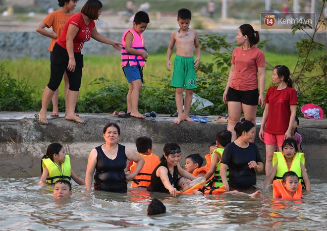 Người dân thôn Trầm ùn ùn rủ nhau ra hồ nước nhân tạo tắm mát giải nhiệt mùa hè - Ảnh 2.