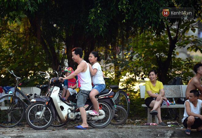 Người dân thôn Trầm ùn ùn rủ nhau ra hồ nước nhân tạo tắm mát giải nhiệt mùa hè - Ảnh 1.