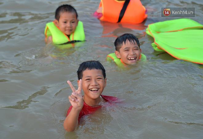 Người dân thôn Trầm ùn ùn rủ nhau ra hồ nước nhân tạo tắm mát giải nhiệt mùa hè - Ảnh 3.