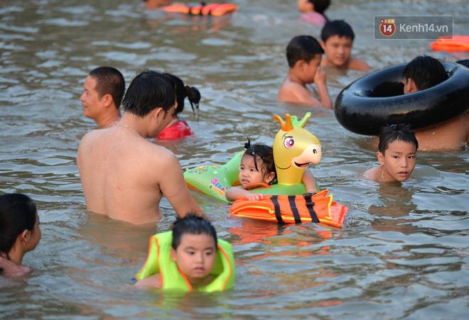 Người dân thôn Trầm ùn ùn rủ nhau ra hồ nước nhân tạo tắm mát giải nhiệt mùa hè - Ảnh 4.