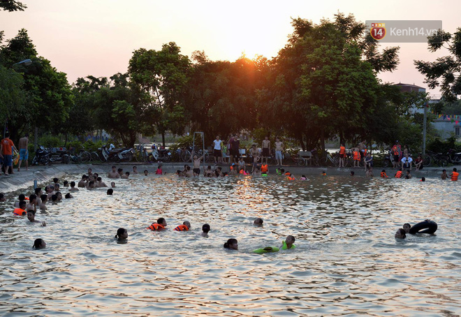 Người dân thôn Trầm ùn ùn rủ nhau ra hồ nước nhân tạo tắm mát giải nhiệt mùa hè - Ảnh 5.