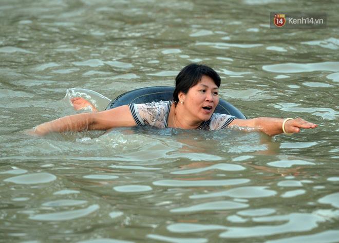 Người dân thôn Trầm ùn ùn rủ nhau ra hồ nước nhân tạo tắm mát giải nhiệt mùa hè - Ảnh 9.