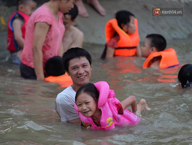 Người dân thôn Trầm ùn ùn rủ nhau ra hồ nước nhân tạo tắm mát giải nhiệt mùa hè - Ảnh 10.