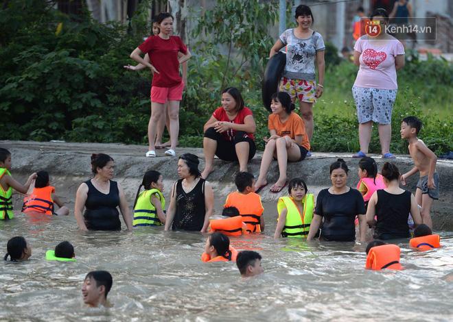 Người dân thôn Trầm ùn ùn rủ nhau ra hồ nước nhân tạo tắm mát giải nhiệt mùa hè - Ảnh 12.