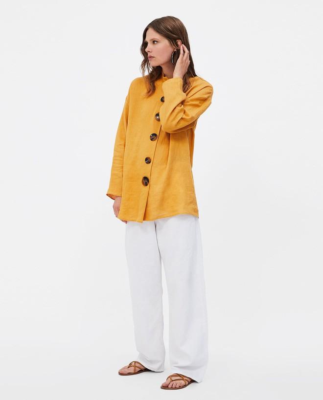 Chiếc áo vải đũi với hàng khuy to bản này đang được các quý cô châu Á cưng nựng hết sức vì vừa đẹp lại mặc mát lịm - Ảnh 12.