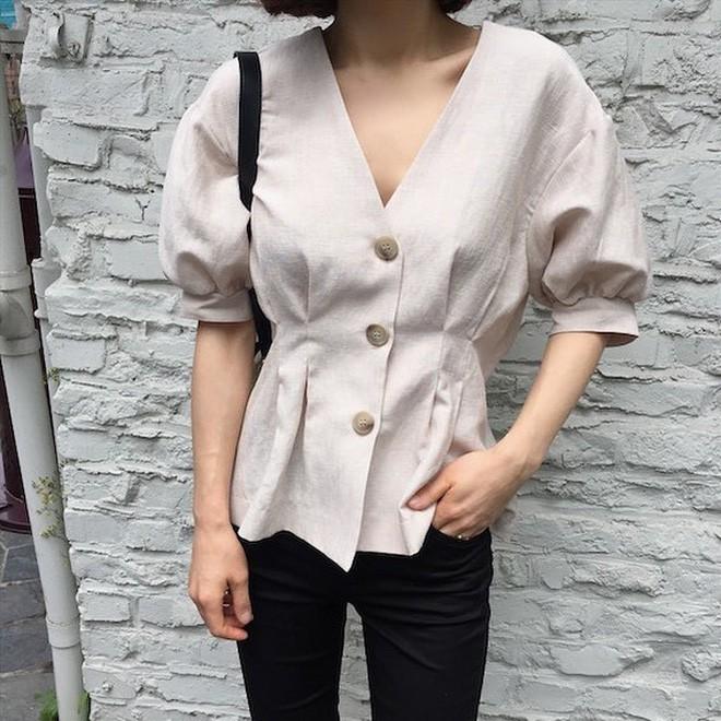 Chiếc áo vải đũi với hàng khuy to bản này đang được các quý cô châu Á cưng nựng hết sức vì vừa đẹp lại mặc mát lịm - Ảnh 3.