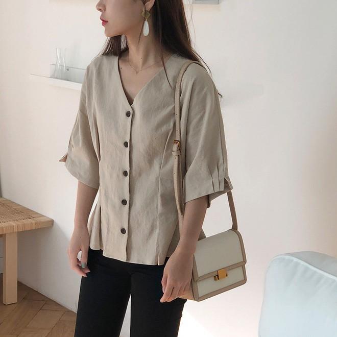 Chiếc áo vải đũi với hàng khuy to bản này đang được các quý cô châu Á cưng nựng hết sức vì vừa đẹp lại mặc mát lịm - Ảnh 6.