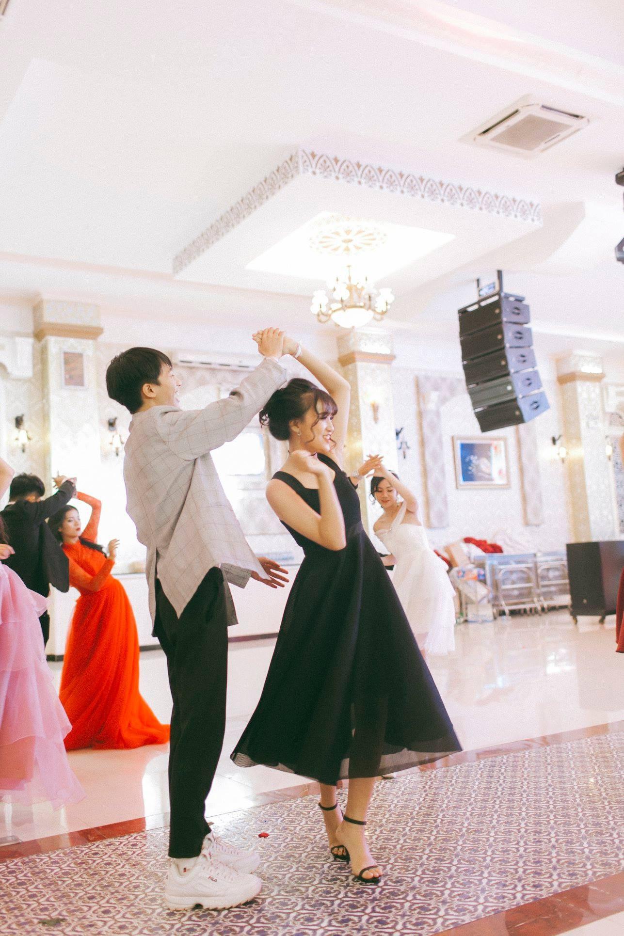 Không chỉ RMIT, trường chuyên phố núi Kon Tum cũng khiến chúng ta đã mắt với dàn trai xinh gái đẹp trong tiệc prom - Ảnh 24.