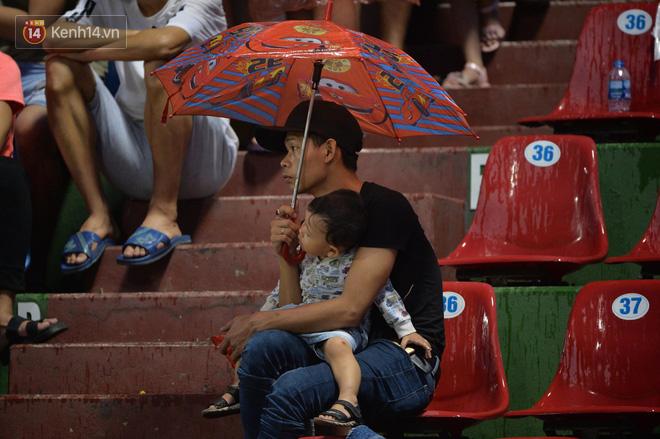 Khán giả Quảng Ninh đội mưa cổ vũ, thắp lửa giúp đội nhà vùi dập HAGL - Ảnh 5.