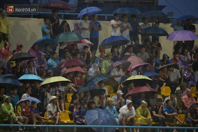 Khán giả Quảng Ninh đội mưa cổ vũ, thắp lửa giúp đội nhà vùi dập HAGL - Ảnh 2.