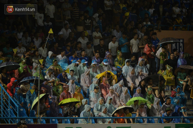 Khán giả Quảng Ninh đội mưa cổ vũ, thắp lửa giúp đội nhà vùi dập HAGL - Ảnh 4.