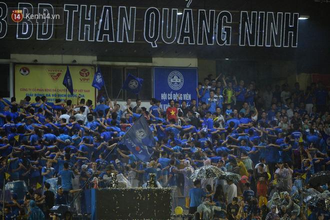 Khán giả Quảng Ninh đội mưa cổ vũ, thắp lửa giúp đội nhà vùi dập HAGL - Ảnh 7.