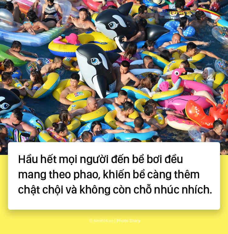 Đến hẹn lại lên: Vừa vào hè, bể bơi ở Trung Quốc đã đông tới mức phải gạt người ra để nhìn thấy nước - Ảnh 7.