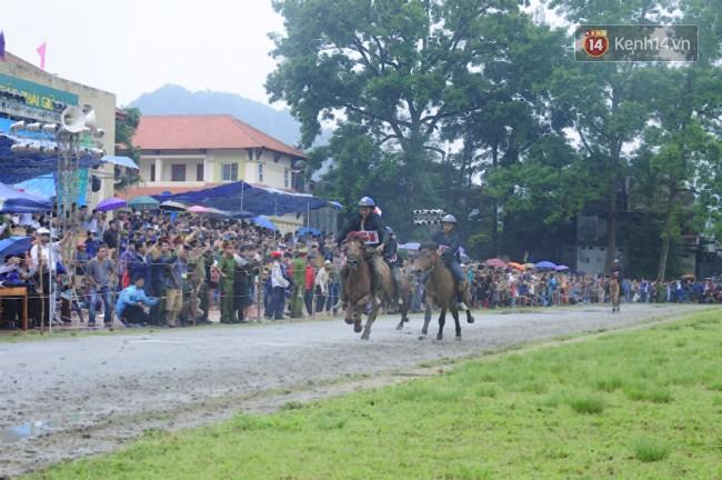Bất chấp cơn mưa tầm tã, gần 50.000 lượt người đội mưa xem đua ngựa ở Bắc Hà - Ảnh 12.