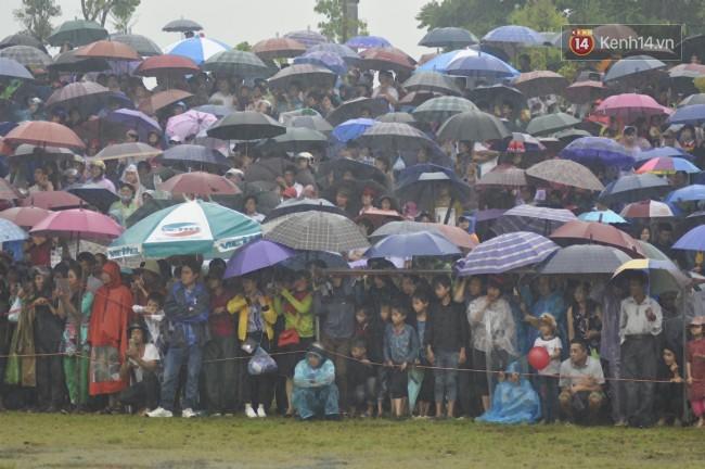 Bất chấp cơn mưa tầm tã, gần 50.000 lượt người đội mưa xem đua ngựa ở Bắc Hà - Ảnh 3.