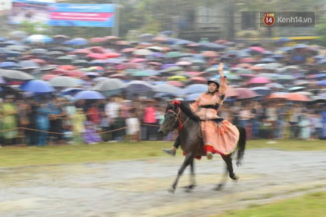 Bất chấp cơn mưa tầm tã, gần 50.000 lượt người đội mưa xem đua ngựa ở Bắc Hà - Ảnh 6.