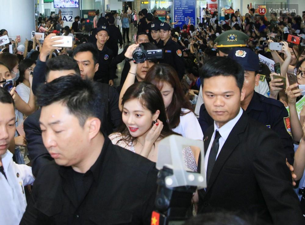 Hyuna vừa đẹp rạng rỡ vừa sexy hết cỡ, Highlight (Beast) điển trai giữa biển fan Việt vây kín sân bay Nội Bài - Ảnh 5.