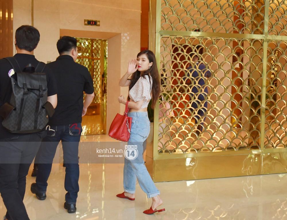 Hyuna vừa đẹp rạng rỡ vừa sexy hết cỡ, Highlight (Beast) điển trai giữa biển fan Việt vây kín sân bay Nội Bài - Ảnh 23.
