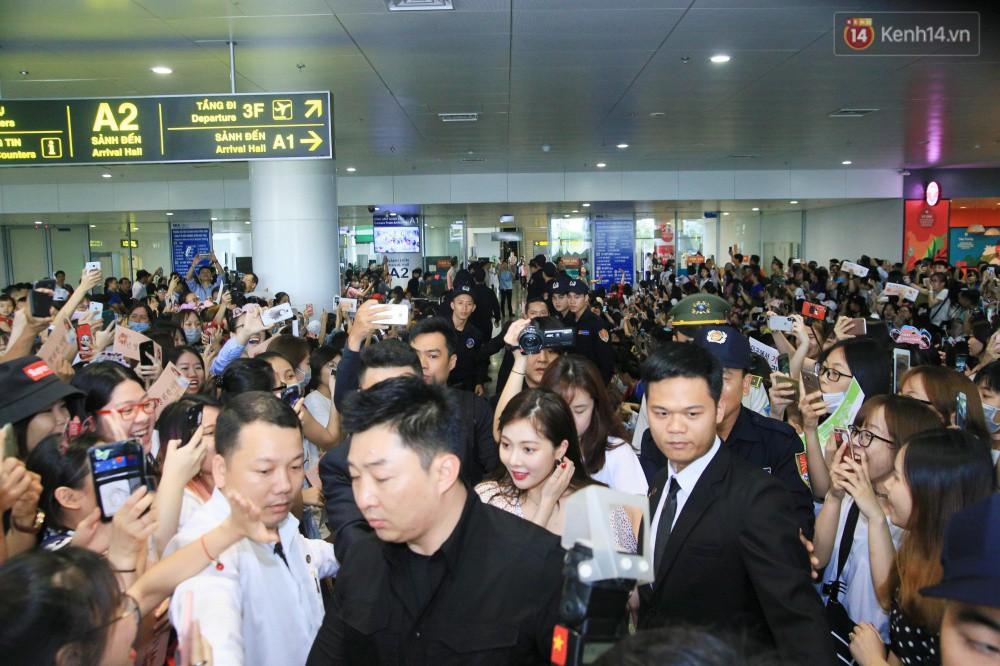 Hyuna vừa đẹp rạng rỡ vừa sexy hết cỡ, Highlight (Beast) điển trai giữa biển fan Việt vây kín sân bay Nội Bài - Ảnh 4.
