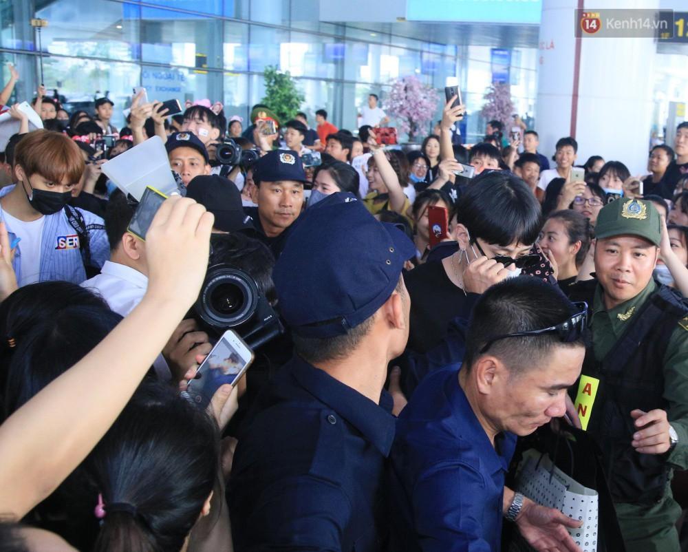 Hyuna vừa đẹp rạng rỡ vừa sexy hết cỡ, Highlight (Beast) điển trai giữa biển fan Việt vây kín sân bay Nội Bài - Ảnh 14.