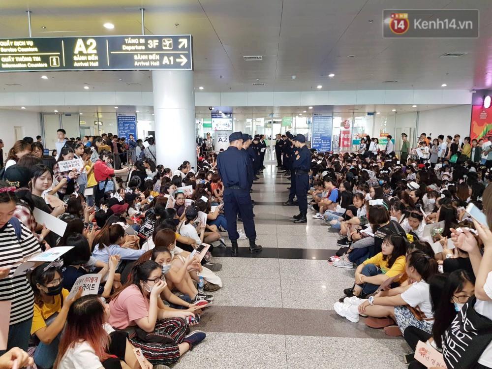 Hyuna vừa đẹp rạng rỡ vừa sexy hết cỡ, Highlight (Beast) điển trai giữa biển fan Việt vây kín sân bay Nội Bài - Ảnh 36.