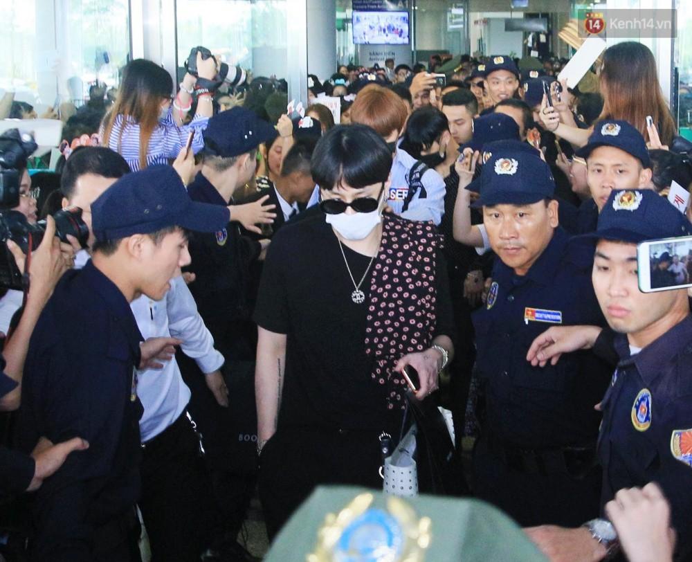 Hyuna vừa đẹp rạng rỡ vừa sexy hết cỡ, Highlight (Beast) điển trai giữa biển fan Việt vây kín sân bay Nội Bài - Ảnh 16.