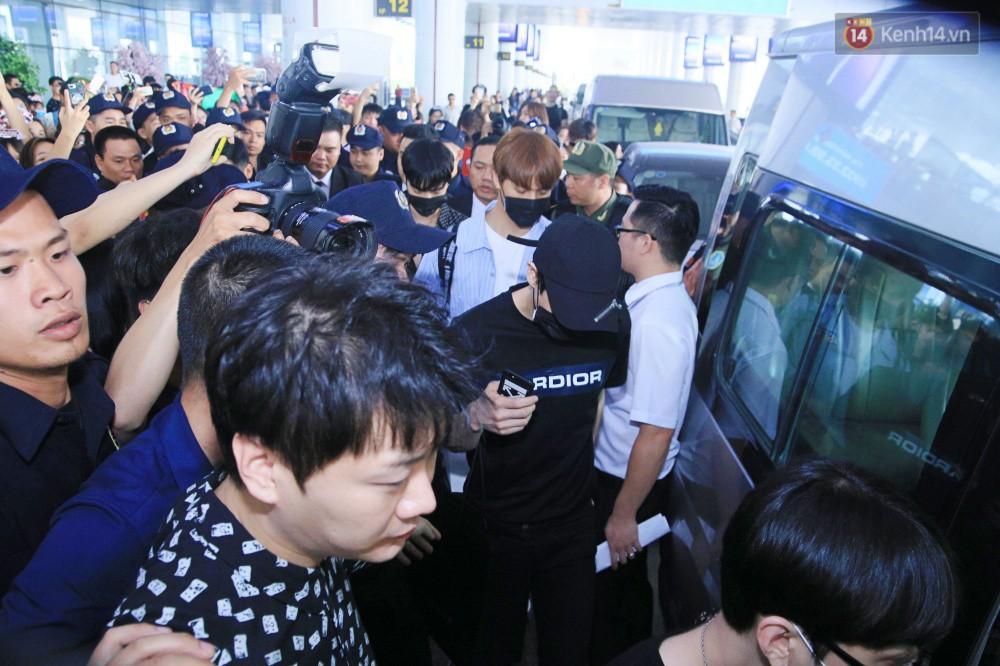 Hyuna vừa đẹp rạng rỡ vừa sexy hết cỡ, Highlight (Beast) điển trai giữa biển fan Việt vây kín sân bay Nội Bài - Ảnh 19.