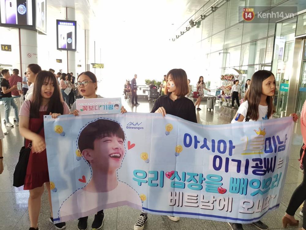 Hyuna vừa đẹp rạng rỡ vừa sexy hết cỡ, Highlight (Beast) điển trai giữa biển fan Việt vây kín sân bay Nội Bài - Ảnh 40.